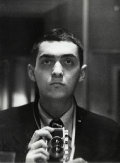 Para variar el tema: Un poco de... Stanley Kubrick - Self-portrait with Leica held vertically (1949).