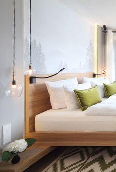 Stilvolles Einzelstück: der Name Unika verät es schon - jede Hängeleuchte ist ein Unikat, denn der Lampenschirm besteht aus mundgeblasenem Glas. Messing-Elemente und das schwarze, gedrehte Textilkabel perfektionieren die minimalistische Leuchte. Zu bewundern im Hotel Das Tegernsee.
