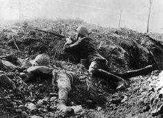 1916. Soldado alemán en una trinchera junto al cadáver de un francés, en Fort Vaux (Francia)