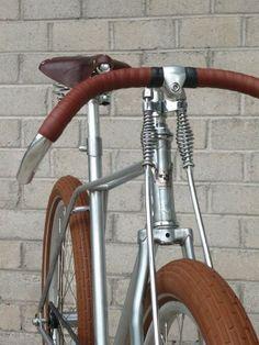 Mooie fiets, de Vanguard Biscotti, Met zijn sierlijke aflopende frame, dikke banden en bruin lederen afwerking is het een ideale stadcruiser.