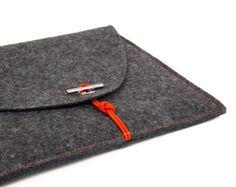 Die handgefertigte, massgeschneiderte Laptop Tasche aus umweltfreundlichem 100% Merino Wollfilz ist der perfekten Schutz für dein MacBook. Der 2 mm starken verarbeitete Wollfilz ist sehr robust, schmutz- und wasserabweisend, gegen Mottenbefall geschützt und schwer entflammbar.  Der Laptop Tasche wird mit Liebe zum Detail sehr aufwendig in Starnberg Deutschland verarbeitet, ein zeitloses skandinavisches Design by ScanClassic. Ausser dem Hauptfach für das MacBook besitzt die Tasche ein…