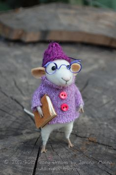 Little Reader Mouse by Felting Dreams