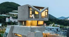In the coastal city of Busan, in South Korea, the architecture cabinet Moon Hoon designed the plans of quite an original concrete building. A house with higher Busan, Owl House, Concrete Building, Unique Buildings, South Korea, Architecture Design, Amazing Architecture, Living Spaces, Living Room