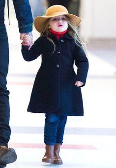 Modische Minis: Eine richtig süße Lady ist die Harper Beckham bereits. Mit navyblauem Mantel, Jeans, rotem Rollkragenpullover und besonders dem eleganten, karamellfarbenen Hut steht sie ihrer Mutter in Sachen Style nichts mehr nach.