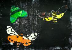 Noční motýli-můry - pokusit se méně výrazným zbarvením křídel o částečné splynutí můr na noční obloze  Výtvarná technika/postup:tisk ze šablon, otisk, domalba anilinovými barvami