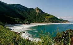 Mar limpíssimo, ondas fortes, Mata Atlântica e surfistas compõem a paisagem da Prainha