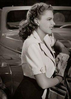 """Judy Garland, nome artístico de Frances Ethel Gumm, foi uma atriz americana considerada por muitos uma das maiores estrelas cantoras da """"Era de Ouro"""" de Hollywood dos filmes musicais.   Nascimento: 10 de junho de 1922, Grand Rapids, Minnesota, Estados Unidos  Falecimento: 22 de junho de 1969, Chelsea, Massachusetts, Estados Unidos."""
