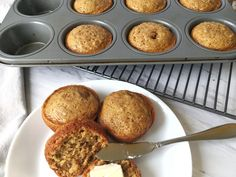 Warm, fluffy, and (refined) sugarless. These bran muffins are sweetened with honey and substitute oil for applesauce. They are so sweet and delicious Bran Muffins, Breakfast Muffins, Breakfast Ideas, Delicious Desserts, Dessert Recipes, Homemade Muffins, Muffin Bread, Baby Eating, Bread Bowls