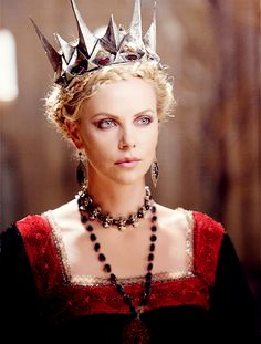 Charlize Theron as Queen Ravenna in Snow White The Huntsman, costume design by Colleen Atwood Colleen Atwood, Charlize Theron, Snow White Huntsman, Queen Ravenna, Snowwhite And The Huntsman, Evil Queens, Cathy Waterman, Queen Costume, Fantasy Movies