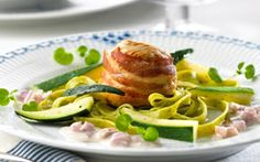 Kalkunmedaljoner med rødløgssauce Røget bacon og ostesauce giver smag og fylde til retten. Serveres med pasta og grønt.