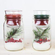 tarros con velas en los colores navideños verde y rojo