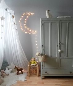 How sweet is this moon lighting design on the wall? #lightdesign #kidsroom #moonlight Find more inspirations at www.circu.net