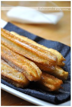 Churros, receta tradicional Beignets, Cupcakes, Cupcake Cakes, Mexican Food Recipes, Sweet Recipes, Argentina Food, Spanish Dishes, Baking Recipes, Breakfast Recipes