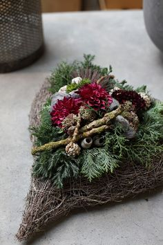 Christmas arrangement of master florist Jennifer Haverkamp and florist ., Christmas arrangement of master florist Jennifer Haverkamp and florist + style consultant Arne Bruns from the Vosteen pick-up market - www. Wood Wreath, Diy Wreath, Christmas Arrangements, Flower Arrangements, Flower Decorations, Christmas Decorations, Holiday Decor, Cemetery Decorations, Holly Wreath