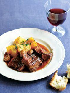 ほんのり甘い煮込みだから、少し冷えた軽い赤ワインと一緒にどうぞ|『ELLE a table』はおしゃれで簡単なレシピが満載!