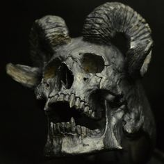 Into The Fire Jewelry  Skull ring Horned Beast di Bakogiorgis