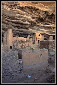 Koundou Ando cave - Bandiagara cliff - Mopti, Niger. Habitation troglodytique du chef des chasseurs dogons (Hogon) à l'entrée de la caverne de Koundou Ando dans la falaise de Bandiagara. Les dépouilles d'animaux pendus contre la façade sont des symboles totémiques de ce clan.