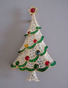 Unique And Elegant Designs Of Christmas Jewels - Christmas jewellery is a great and unique gift idea to present in this special occasion. Christmas is the time when all people celebrate together and . Look Vintage, Vintage Pins, Vintage Brooches, Noel Christmas, Vintage Christmas, Primitive Christmas, Country Christmas, Christmas Ornaments, Vintage Costume Jewelry