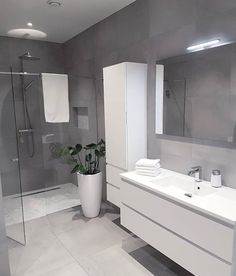 white bathroom Bad F - bathroomdecoration Bathroom Inspiration, Bathroom Design Luxury, Gray And White Bathroom, House Interior, Small Bathroom, Bathrooms Remodel, Bathroom Interior Design, Bathroom Decor, Tile Bathroom