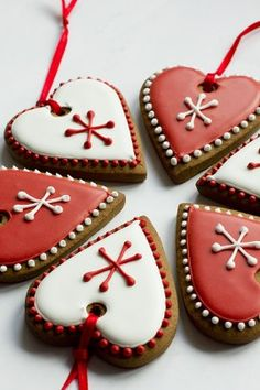 red and white christmas hearts iced biscuits Valentine Cookies, Iced Cookies, Christmas Cupcakes, Holiday Cookies, Christmas Desserts, Cupcake Cookies, Heart Cookies, Sugar Cookies, Christmas Hearts