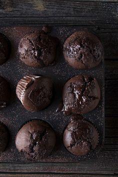 Schokoladenliebe – Die Liebe, die jeder braucht und glücklich macht! Schokolade ist wunderbar und wie ihr ja auch wisst macht sie glücklich, deshalb habe ich ja auch schon einen Glücks-Schokoladenkuchen auf meinem Blog! Und nun folgt auch noch ein einfaches Schokomuffinrezept, das ich sehr liebe. Damit die Muffins so schokoladig werden wie sie sind verwende...weiterlesen