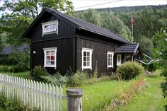Cozy little cottage. Long House, Dark House, Tiny Cabins, Cabins And Cottages, Cabin Design, House Design, Black House Exterior, Farm Stay, Old Farm Houses