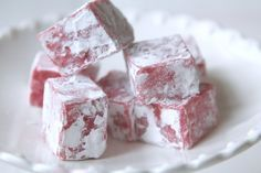 JORDGUBBSFUDGE Candy Recipes, Baking Recipes, Holiday Recipes, Dessert Recipes, Bagan, Candy Cakes, Swedish Recipes, Sweets Cake, Homemade Candies