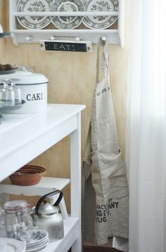 strandviksvillan.blogspot.com Buffets, Country Kitchen, Bathroom Hooks, Kitchen Decor, Grey, Home, Gray, Buffet, Farmhouse Kitchens