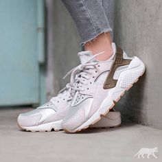 Sneakers femme - Nike Air Huarache Run Suede (©asphaltgold_sneakerstore) Nike Air Huarache, Nike Huarache Women, Pink Nike Shoes, Nike Shoes Outfits, Best Sneakers, Sneakers Nike, Pink Soccer Cleats, Baskets Nike, Women Brands