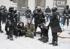 Это фото за сутки облетело интернет! Аваковский беркут ставит на колени украинского козака – EURO ASIA NEWS INTERNET NEWSPAPER