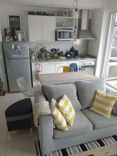 Interior Design Ideas for Small Apartment Love this gorgeous small apartment interior !Love this gorgeous small apartment interior ! Small Apartment Design, Small Apartment Living, Studio Apartment Decorating, Small Space Living, Studio Apartment Layout, Studio Layout, Decorating Small Apartments, Studio Apartment Kitchen, Tiny Studio Apartments