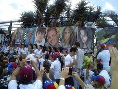 Las mujeres y estudiantes colocan en la base aérea La Carlota una foto de los caídos