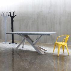 Μοντέρνα τραπεζαρία ξύλινη με ιδιαίτερο πόδι