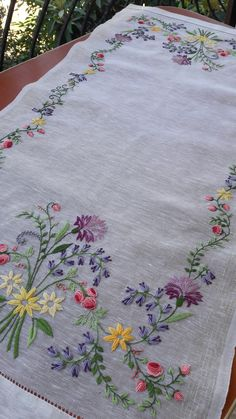 Ribbon Embroidery Tutorial, Hand Embroidery Projects, Floral Embroidery Patterns, Hand Embroidery Videos, Embroidery On Clothes, Embroidery Flowers Pattern, Rose Embroidery, Hand Embroidery Stitches, Free Machine Embroidery Designs