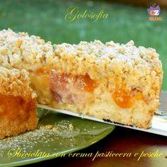 Sbriciolata con crema pasticcera e pesche, un guscio croccante di frolla che racchiude un ripieno di crema e frutta. Un dolce fantastico!
