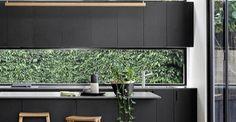 La ventana de la cocina a menudo es el punto focal de esta habitación y la vista que revela crea una rel... Outdoor Furniture, Outdoor Decor, Outdoor Storage, Ideas Para, Flat Screen, Interior Design, Lighting, Israel, Home Decor