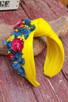Yellow sinamay turban headband decorated with blue, pink and yellow natural preserved flowers. Contact us to customize yours Gelb Sinamay Turban Stirnband mit blau rosa und Fascinator Headband, Turban Headbands, Turbans, Fascinators, Turban Headband Tutorial, Tulle Headband, Headdress, Headpiece, Turban Style