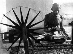 Este retrato, de una de las figuras más influyentes del siglo XX, fue muy difícil de conseguir, debido a las estrictas exigencias de Mahatma. Si la empleada de Life, Margaret Bourke-White quería conseguir la foto de Gandhi con la rueca (símbolo de la lucha de la India por la independencia) primero tenía que aprender a usarla.