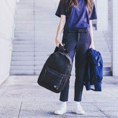 """""""As mochilas mais legais do mundo finalmente chegaram ao Brasil! A @herschelsupply, marca canadense que é hit no mundo, tem, além das mochilas, acessórios e bolsas. Vale muito conhecer, o conforto é incrível e é tudo muito lindo!"""", via @crisnaumovs, diretora da Cosmo. #EscolhasdaCRIS #COSMOfashion"""