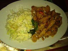 Zvířátkový den - kuřecí nudličky se zeleninou a salát z čínského zelí a nastrouhaného celeru,,zálivka jogurtová s česnekem,,salát.kořením a trochu octa. Low Carb, Chicken, Food, Hampers, Diet, Rezepte, Low Carb Recipes, Essen, Yemek