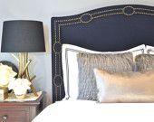 Cabecera tapizada, rey, Reina, tamaño completo, doble, tela de lino azul marino, antiguo recorte de Nailhead de latón con diseño de círculo, forma Camelback