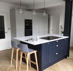 Howdens Fairford Range in Dove Grey & Navy Open Plan Kitchen Dining Living, Navy Kitchen, Shaker Kitchen, Kitchen Family Rooms, Living Room Kitchen, Living Rooms, Howdens Kitchens, Home Kitchens, Kitchen Flooring