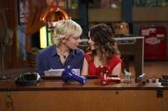 Ross Lynch & Laura Marano: Things Get 'Complicated' on Austin & Ally: Photo Ross Lynch and Laura Marano get close in this new still from Austin & Ally In Finding Carter, Raini Rodriguez, Garrett Clayton, Funny Phone Wallpaper, Disney Channel Stars, Laura Marano, Austin And Ally, Disney Couples, Tv Couples
