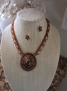 a shell sourounded by seed beads Beaded Jewelry, Handmade Jewelry, Beaded Necklaces, I Love Jewelry, Jewelry Making, Bead Weaving, Seed Beads, Shells, Jewels