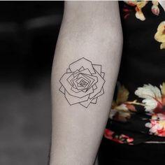 Tattoo geométrica de rosa