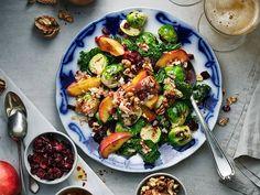 Sallad med ugnsrostad brysselkål, grönkål och äpple   Recept från Köket.se Go Veggie, Halloumi, Kung Pao Chicken, Scones, Pasta Salad, Sprouts, Salads, Curry, Apple