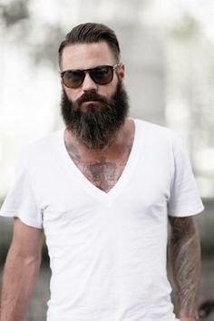 Sollte in jedem Kleiderschrank eines Mannes hängen: T-Shirt mit tiefem V-Ausschnitt. Hier entdecken und kaufen: http://sturbock.me/WPo