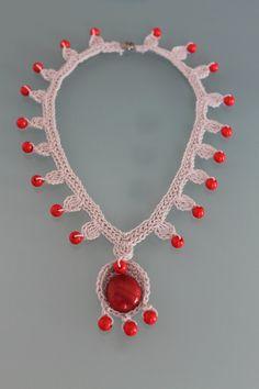 Licht grau Halsband mit roten Glas und Perlen von lucylev auf Etsy