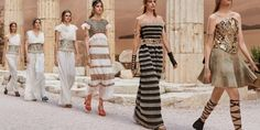 The house of Chanel and Karl Lagerfeld brought Greece to Paris after Greeks denied the show for Cruise Modernity of Antique at ancient sites. Cruise Fashion, Fashion 2018, Fashion Show, Fashion Design, Style Fashion, Chanel 2015, Coco Chanel, Chanel Resort, Chanel Cruise
