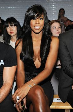 Kelly Rowland's Hair Is Everthing but why are her legs  5 shades darker than her body?